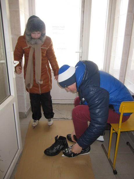 Моника и Вадим Андреевич пришли на каток к самому открытию. Фото Ольга ШИРОКОСТУП