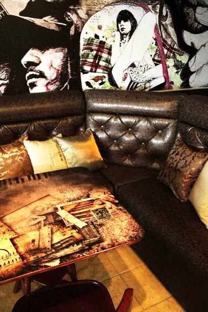 В зале появились диваны с подушками