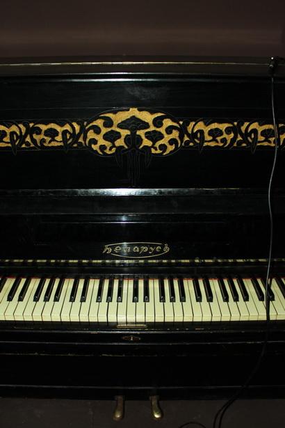 Старенькое пианино Беларусь, спрятанное в глубине сцены, выбивается из общего стиля