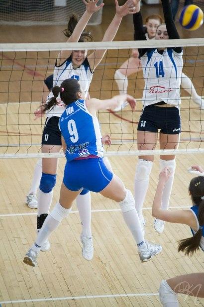 Анна Климец и Надежда Столяр блокируют мяч соперника. Фото Павел Кульгавик