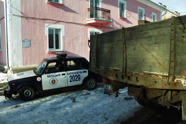 На звонки работников автобазы и жильцов приехала милиция