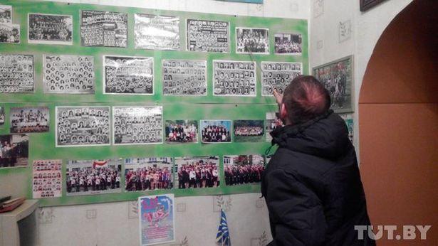 Заместитель директора интерната Василий Лавринович показывает фотографию Олега Коменды. Фото:tut.by