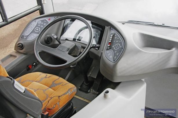 Место водителя в автобусе МАЗ-215. Фото с сайта auto.onliner.by, фотограф Аркадий Соболев