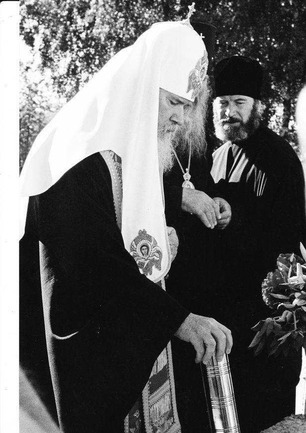 Алексий II закладывает капсулу в фундамент строящегося храма Святых Жен-Мироносиц, 20 мая 2002 г.
