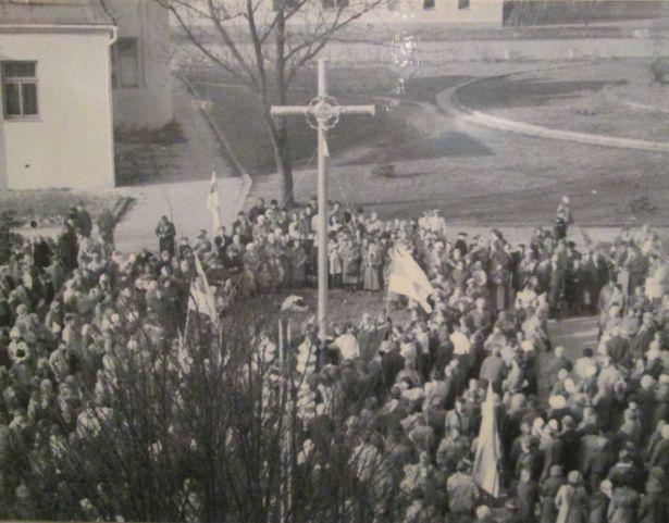Памятный знак жертвам репрессий 1939-1953 гг., установленный по инициативе Барановичской рады БНФ, 1990 г.