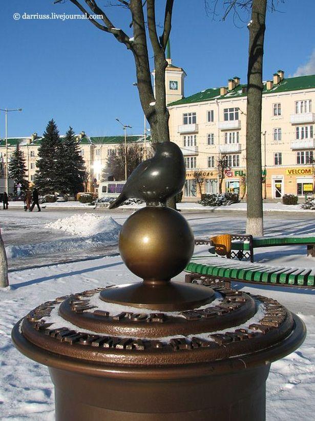 Памятник воробью – одно из самых популярных мест на фотографиях туристов. Фото: darriuss.livejournal.com