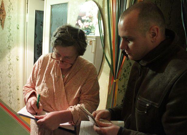 Анна Бурыка ставит подпись в поддержку Дмитрия Августа, который выдвигается кандидатом в депутаты в горсовет и облсовет. Ул. Тельмана, 31 января