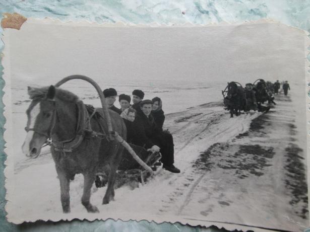 Свадьба Нины и Виталия Косачук. «Свадебный поезд» преодолевает весеннюю распутицу на пути к невесте. 5 марта 1962 года
