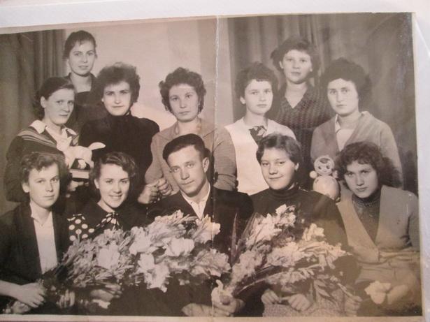 На свадьбу Тересы и Виталия Петрушко пришла в полном составе вся комсомольская бригада фабрики художественных изделий. 8 сентября 1961 года.