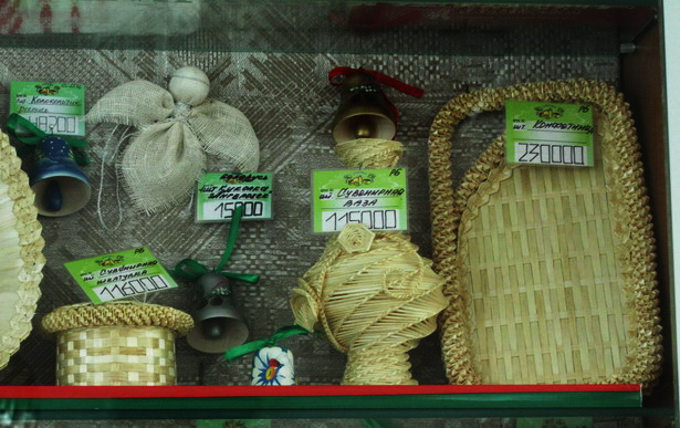 Белорусские сувениры в придорожных кафе: кукла-ангел и колокольчики