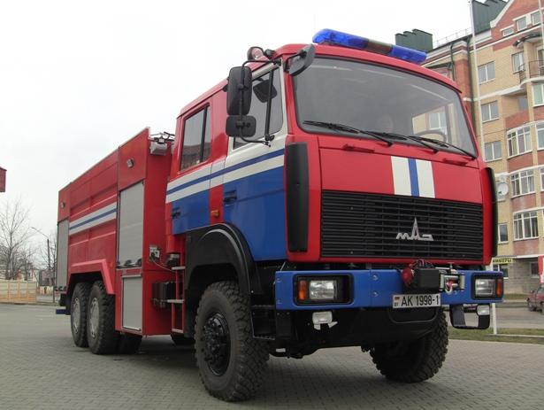 Полноприводная  мощная автоцистерна белорусского производства МАЗ  может доставить к месту пожара 10 тонн воды. Фото Александр Трипутько.