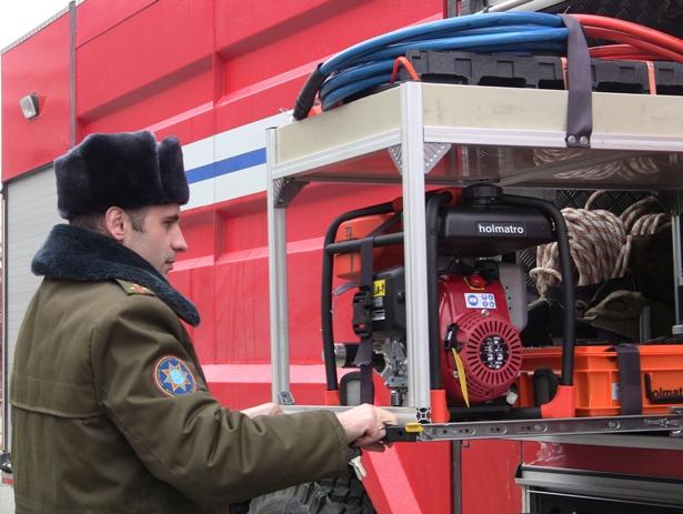 Автоцистерна оснащена комплектом гидравлического инструмента для проведения аварийно-спасательных работ. Фото Александр Трипутько.