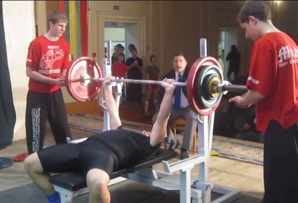 Сергей Крагель выполняет жим штанги лежа.
