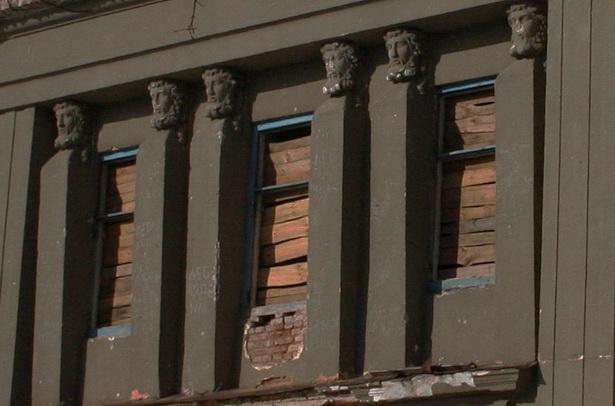 Чудом уцелевшие шесть герм делают дворец в Полонечке уникальным для Беларуси