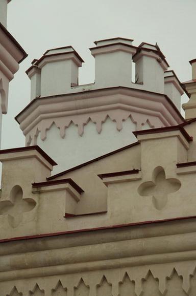 Коссовский замок. 2014 год. Фасад замка выполнили в бело-розовых тонах, оттенив ярко-красной черепицей