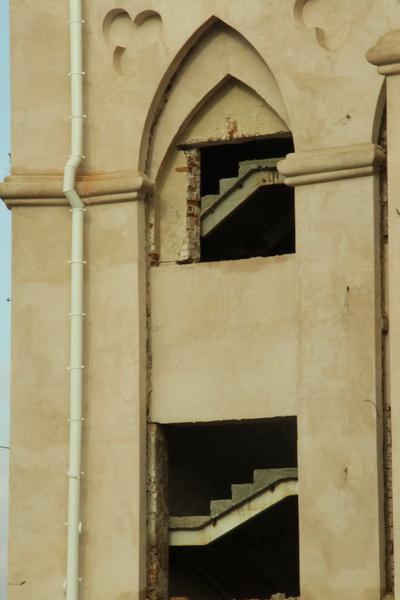 Коссовский замок. 2014 год. Французские окна заделали бетонной перегородкой, в проемах видны бетонные лестницы