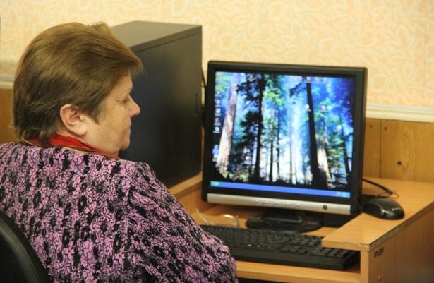 Пенсионерка Нина Евтух готовится выполнить задания.Фото Александр Трипутько.