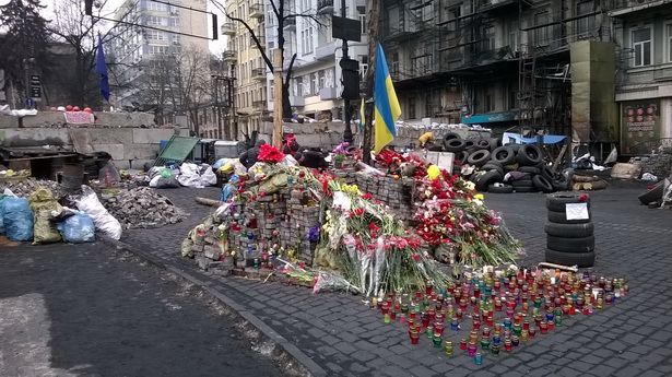 Кіеў, вул. Грушэўскага, месца былых барыкадаў са згарэўшых аўтобусаў