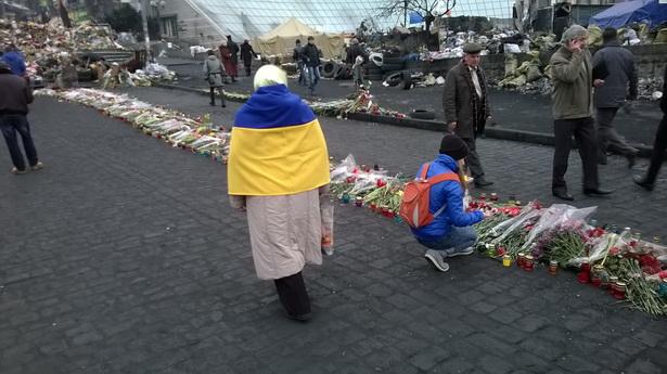 Еўрамайдан у жалобных кветках