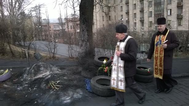 Святары моляцца за загінуўшых.