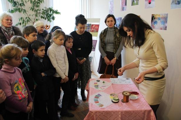 Ольга Агеявич показывает, как делать деревья из бисера. Фото Александр Трипутько.