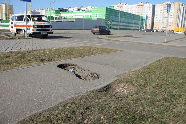Житель Барановичей по своей инициативе засыпал яму на тротуаре в Боровках