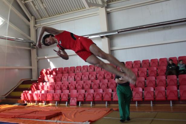 Выпускник Барановичской СДЮШОР №3 Эдгар Вичис совершает прыжок. Фото Александр Трипутько.