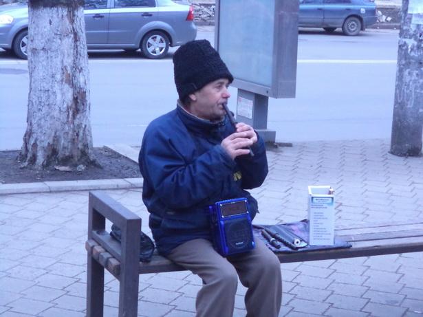 Вулічны музыка зарабляе на хлеб у цэнтры Кішынёва.