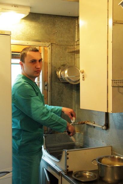Повар в/ч 7404 Владимир Бакун на своем рабочем месте – в кухне спецвагона для перевозки заключенных – накануне очередной пятидневной поездки.