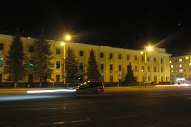 С 20.30 до 21.30 отключили подсветку Барановичского горисполкома. Фото автора