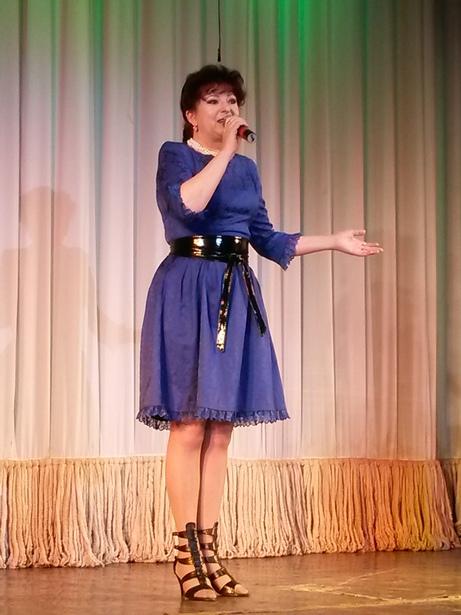 Режиссер театра с 1990 по 2001 год Галина Королева на юбилейном вечере исполнила песню из спектакля «Каменный цветок» на музыку Федора Жиляка. Фото автора