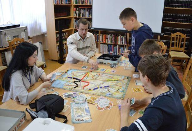 Настольные игры в библиотеке. Фото с сайта facebook.com