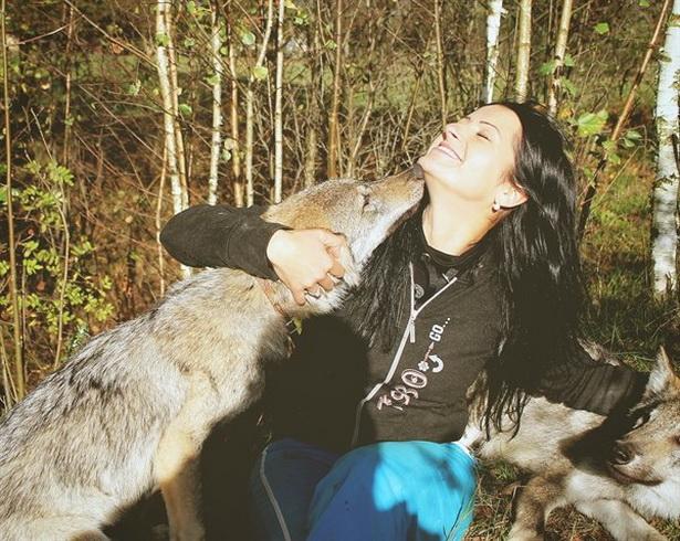 Из купленного в зоопарке серого комочка Светлана вырастила ручную волчицу Герду, которая стала ее подругой.
