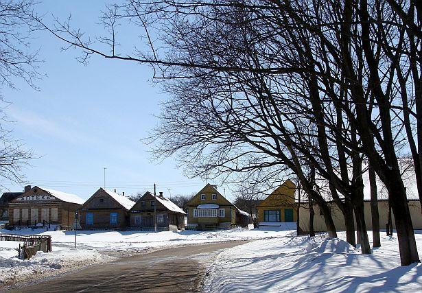 Цэнтральны пляц Моўчадзі з яшчэ не пераробленым будынкам старой аптэкі, сакавік 2013 года.  Фота: Алесь Гізун