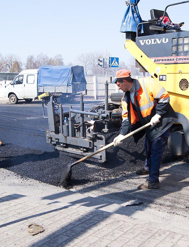 В Барановичах ремонтируют улицу Чернышевского, 18 апреля. Фото Дмитрия Макаревича