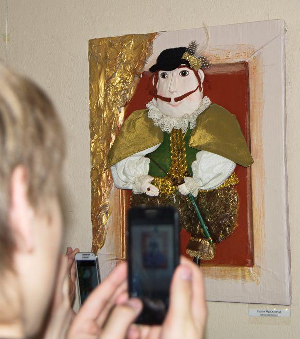 Барановичский школьник Никита Ведерников презентовал авторских кукол. Фото: Дмитрий Макаревич