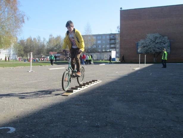 Состязание велосипедистов в фигурном вождении. фото Натальи Семенович