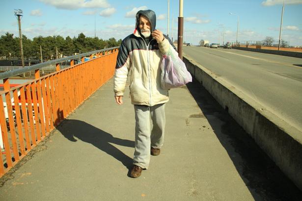 Все дни Виктора Зубика проходят в поисках пищи и стабильного заработка.