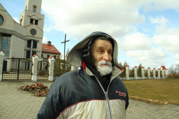 Несмотря на нелегкую жизнь, бомж Виктор Зубик старается не падать духом и выглядит вполне жизнерадостным человеком.