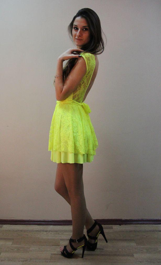 Летнее платье яркого цвета девушка купила в онлайн-магазине за 350 тысяч рублей.