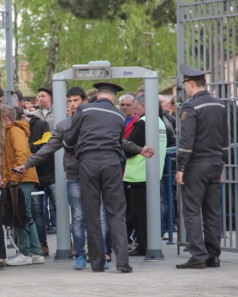 Меры безопасности перед матчем. Фото Александра Трипутько.