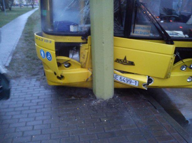 Городской автобус в Бресте попал в аварию.