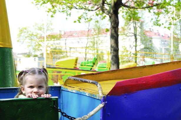 """Маленькая Ірыша на атракцыёне """"Юнга"""" ў маладым парку 22 красавіка. Бацькі дзяўчынкі спадзяюцца, што старыя арэлі ўрэшце зменяць на сучасныя"""