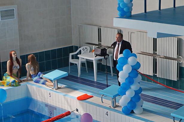 Председатель Барановичского горисполкома Юрий Громаковский на открытии бассейна. Фото: Дмитрий Макаревич