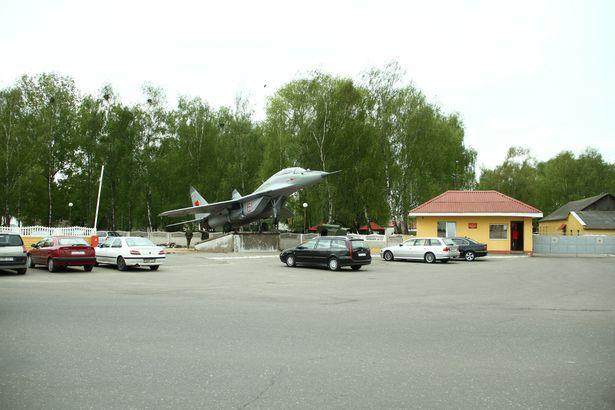 Установка нового памятника МиГ-29.