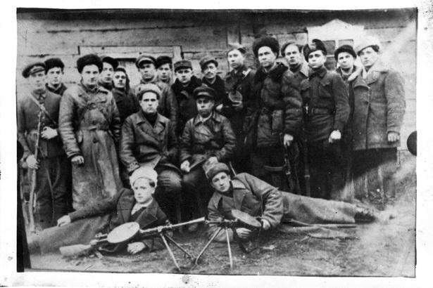 Степан Карасюк (внизу справа) всю войну прошел со своим партизанским отрядом, пуская под откос немецкие эшелоны и взрывая вражеские автомобили.