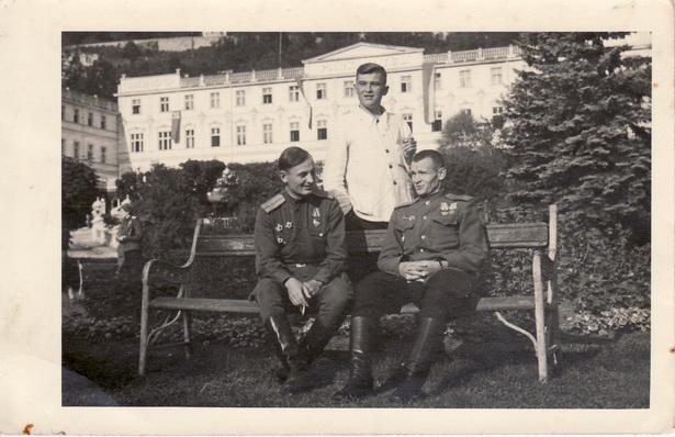 Василий Сунцов (в центре) на оздоровлении в санатории для офицеров в Карловых Варах. Май 1945 года.