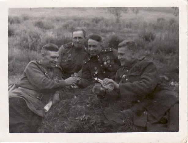 Воины-освободители на привале в окрестностях Праги, 1945 год.