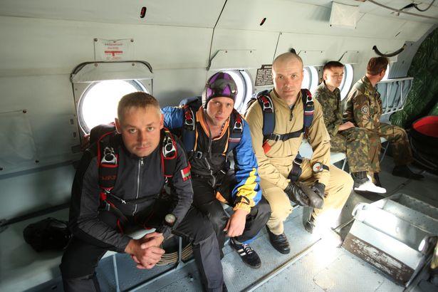 Барановичский спортсмен Олег Трусков (крайний слева) готовится к прыжку с членами сборной Беларуси по парашютному спорту. 2012 год.