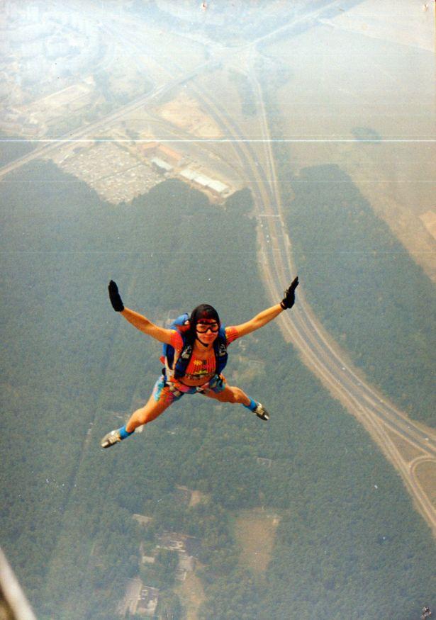 Барановичская парашютистка Екатерина Сокольчик совершает прыжок. 1999 год.